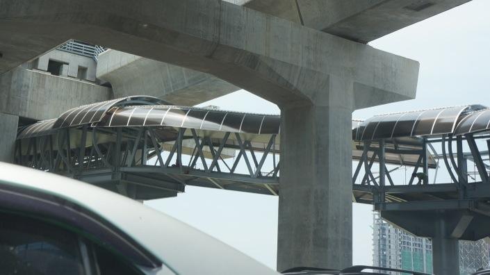 マッカサン駅に接続された歩道橋