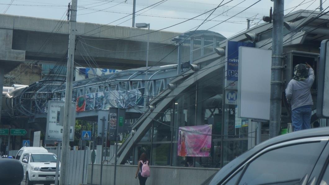 ペッブリー駅1番出口に接続される歩道橋