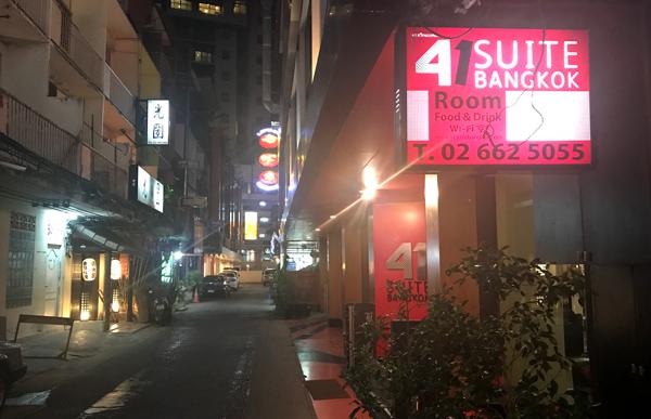 夜のホテル前の通り