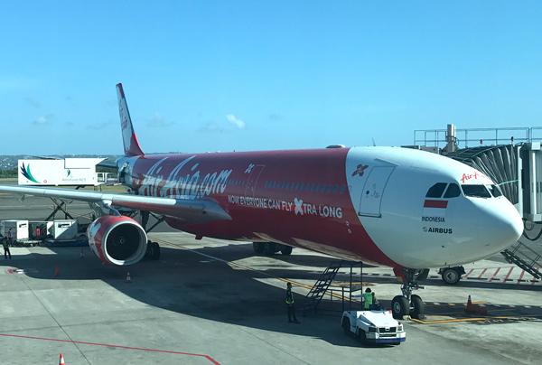 バリ島のングラ・ライ国際空港に到着