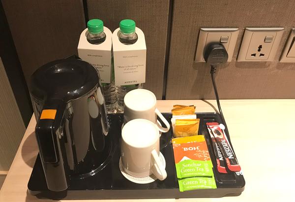無料の水、電気ケトル、コーヒー、紅茶など
