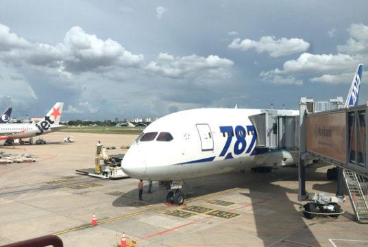 プノンペン国際空港に駐機中のANAのボーイング787-8型機