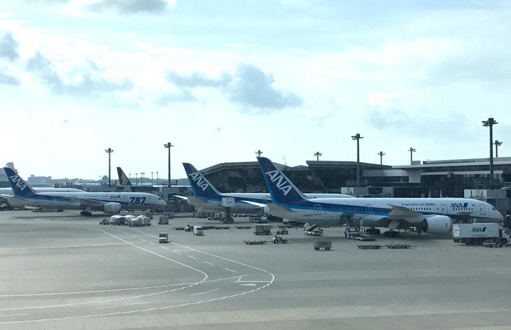 成田空港に駐機中のANA機
