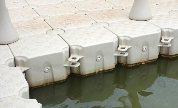 浮き橋の素材