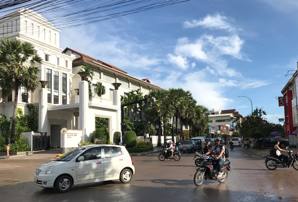 シヴァタ通り。左手の建物はパークハイアット