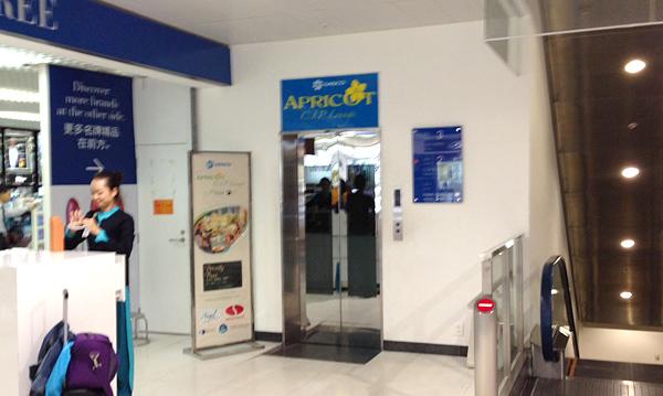 ラウンジへ向かうエレベーター