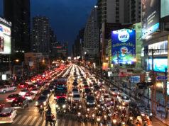 夜のバンコク・アソーク交差点