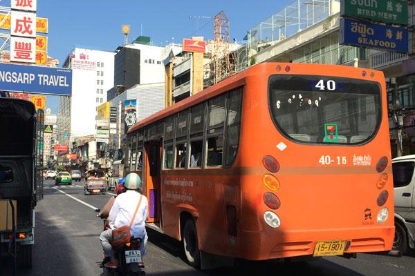 バンコク・ヤワラ―地区を走る路線バス