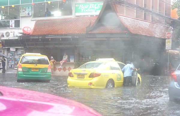 洪水で動かなくなったタクシー