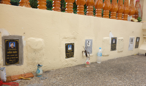 お寺の塀に設けられたお墓
