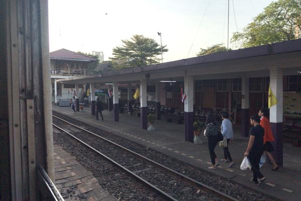 途中駅からの乗客も多い