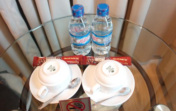 ペットボトルの水、コーヒーなど
