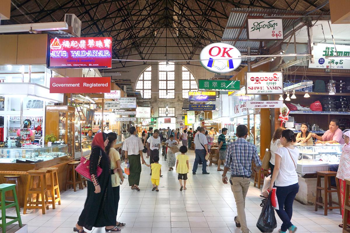 ボージョーアウンサンマーケット 観光客も多いボージョーアウンサンマーケット。  ヤンゴン百景 観