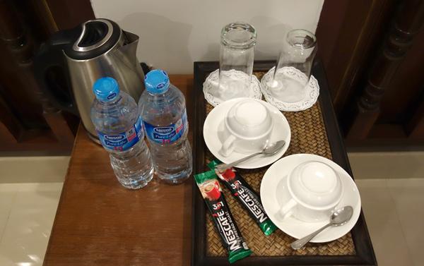 水のペットボトル、コーヒーなど
