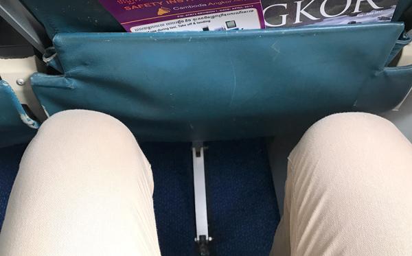 座席間隔は狭い