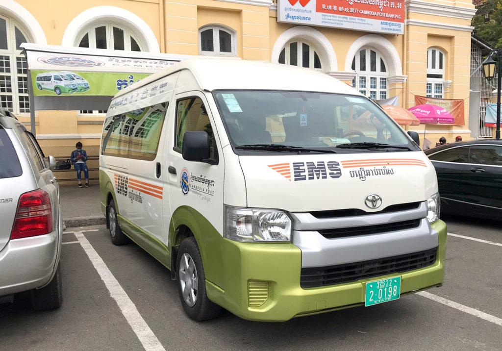 カンボジア郵便局のミニバス