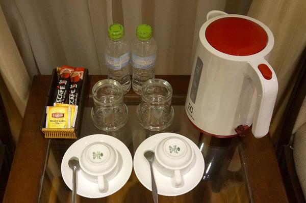 電気ケトル、コーヒー・紅茶、ペットボトルの水など