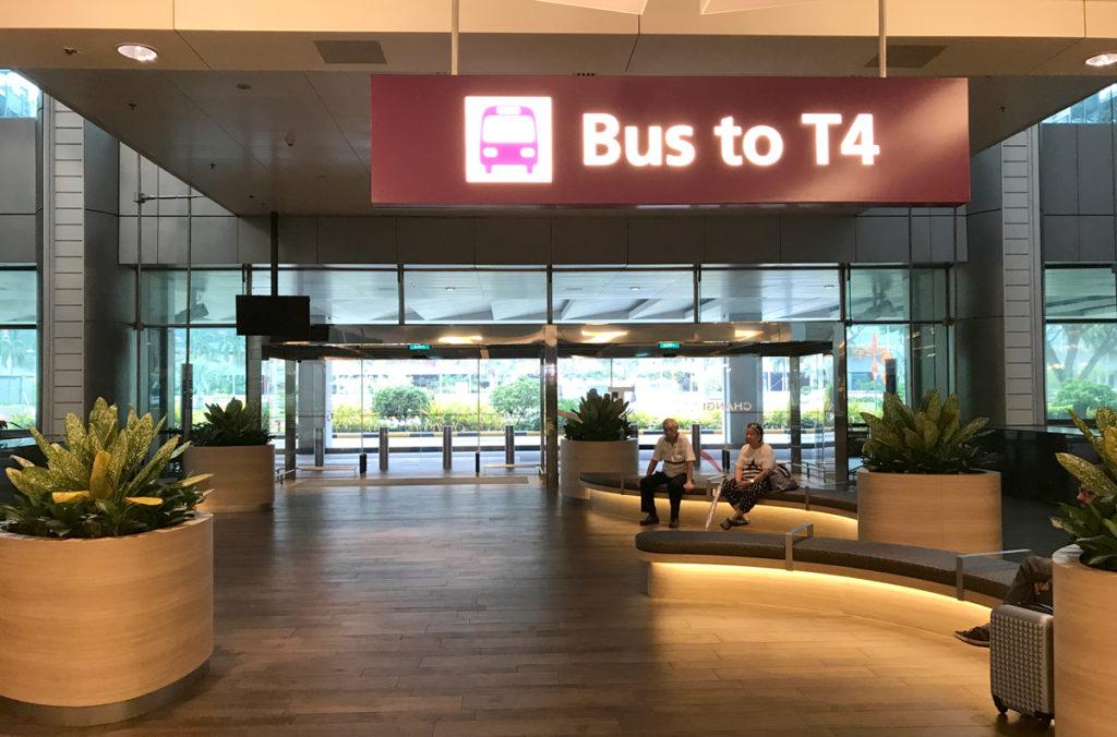 T2到着ホールにあるT4行きバス乗り場
