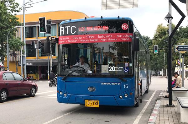 R3系統の赤色のバス