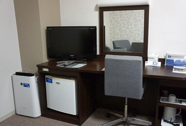 加湿器、冷蔵庫、テレビ、ライティングデスク