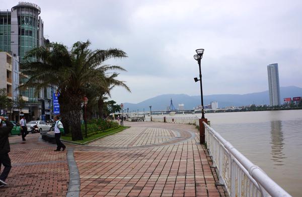 ダナン ハン川沿いの遊歩道