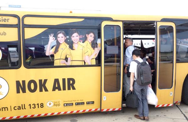 ターミナルまではバスで移動