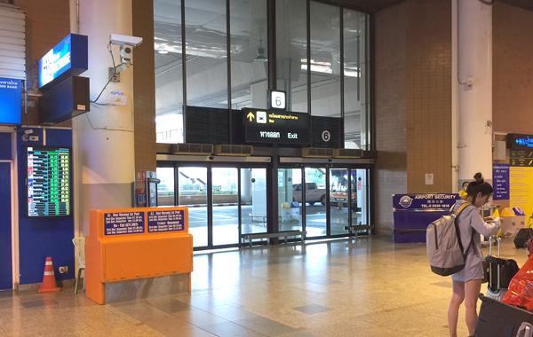 ドンムアン空港到着フロアの6番出口
