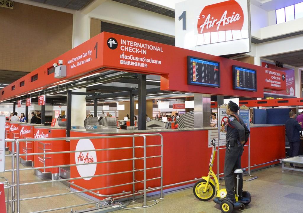 ドンムアン空港出発階のエアアジアのカウンター
