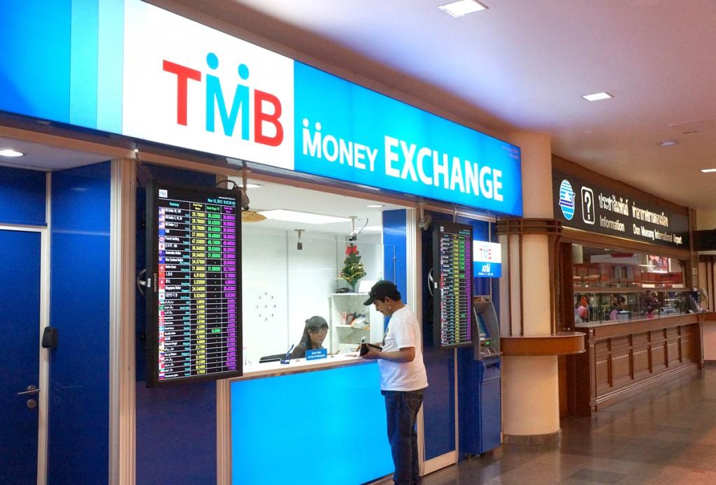 両替所とATM、その奥にインフォメーションセンター。