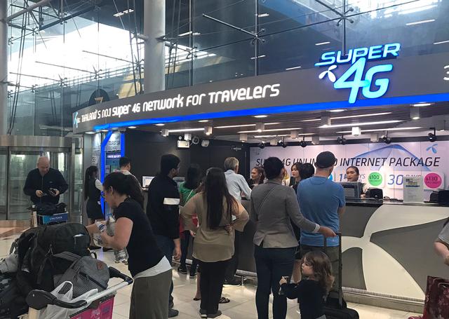 dtacのSIMカード販売カウンター(バンコク・スワンナプーム空港)