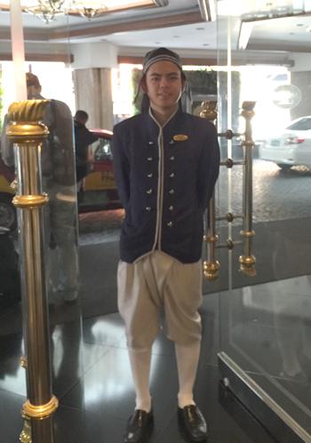 タイ伝統衣装を着用しているドアマン