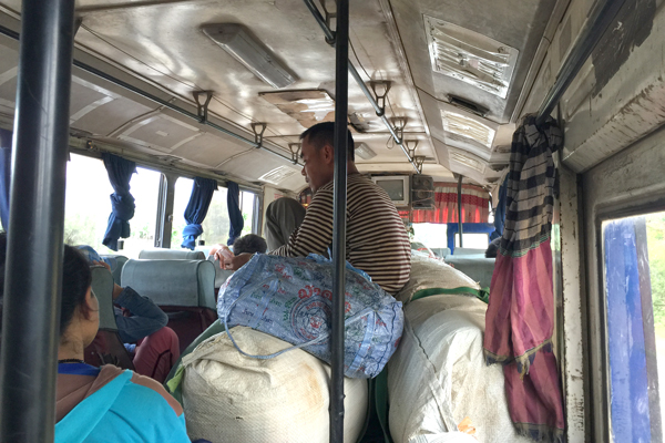 デーンサワン~サワンナケート間のローカルバス