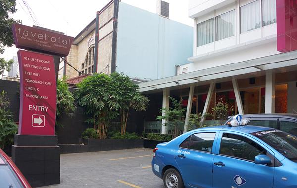 ホテル駐車場とブルーバード系列のPUSAKAタクシー