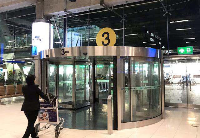 3番出入口からターミナル外へ
