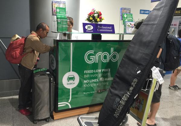タンソンニャット空港の国際線到着フロアに設置されたGrabのブース