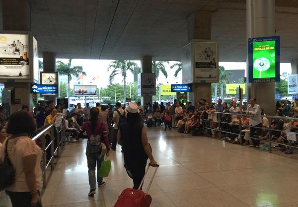 タンソンニャット空港の国際線ターミナル到着フロア