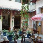 中庭とカフェ