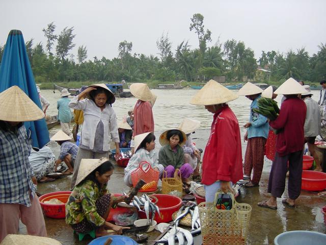 トゥボン川沿いの魚市場