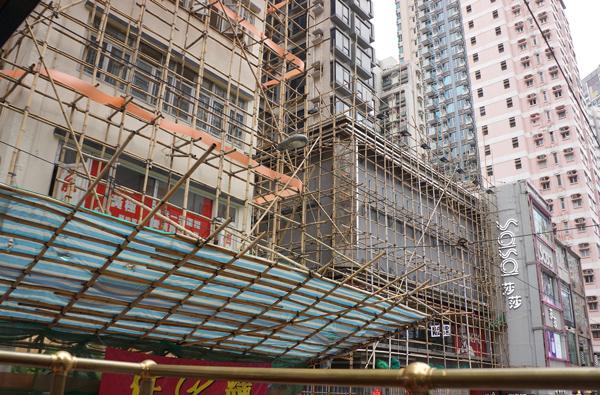 竹で足場を組む香港の建設作業の現場