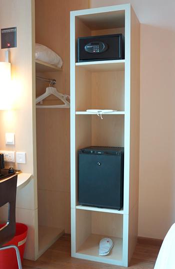 冷蔵庫、セーフティーボックス、ハンガーなど