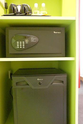 セイフティーボックスと冷蔵庫
