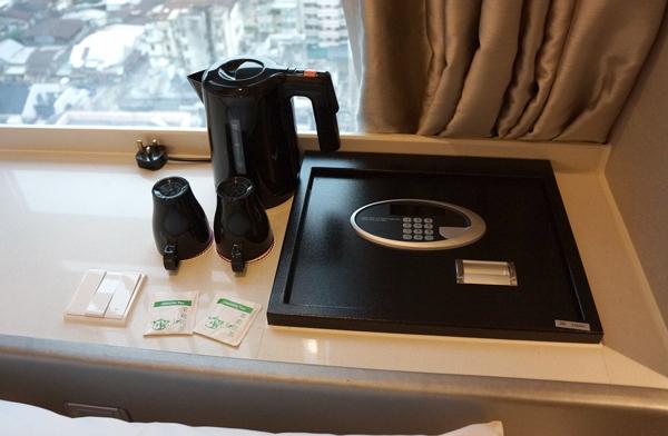 電気ケトル、セイフティ―ボックス、お茶など