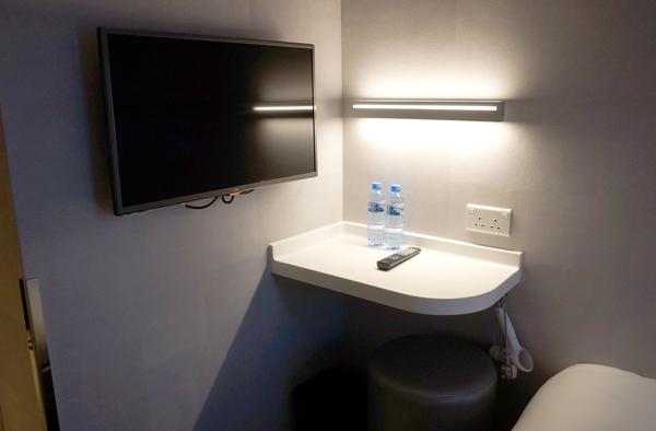 液晶テレビ、ライティングデスク、無料の水