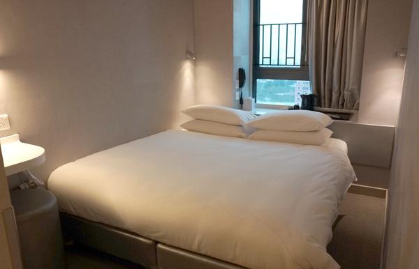 ダブルサイズのベッド