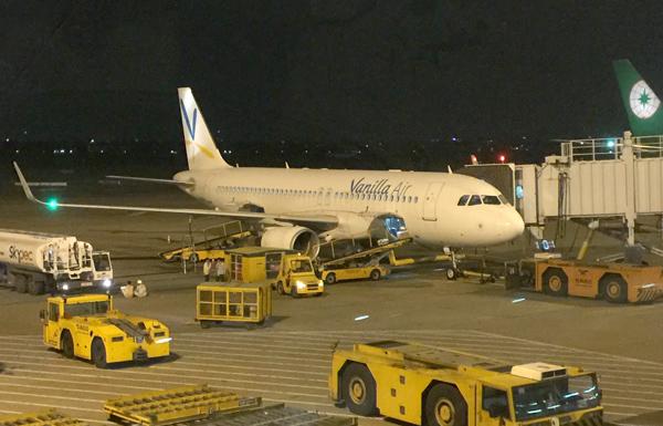 タンソンニャット空港に到着したバニラエアのA320型機