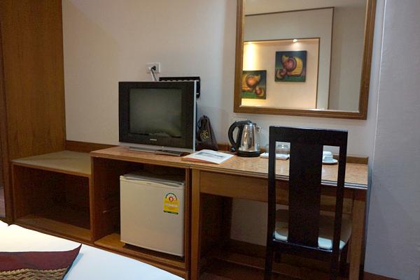 テレビ、冷蔵庫、ライティングデスクなど