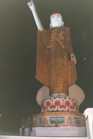 巨大な立像