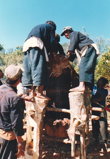 太鼓を作る男たち