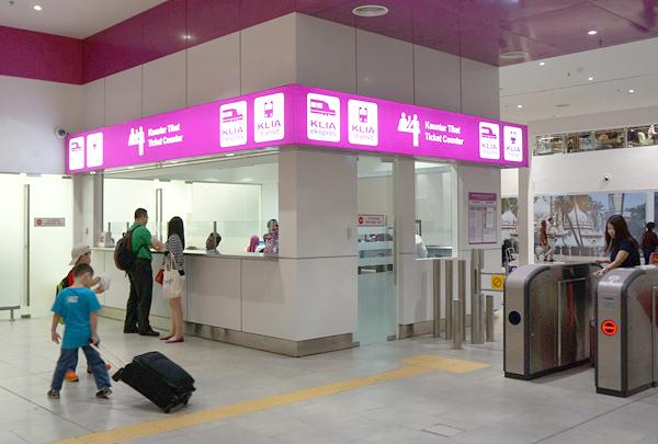 KLIA2駅のチケットカウンター