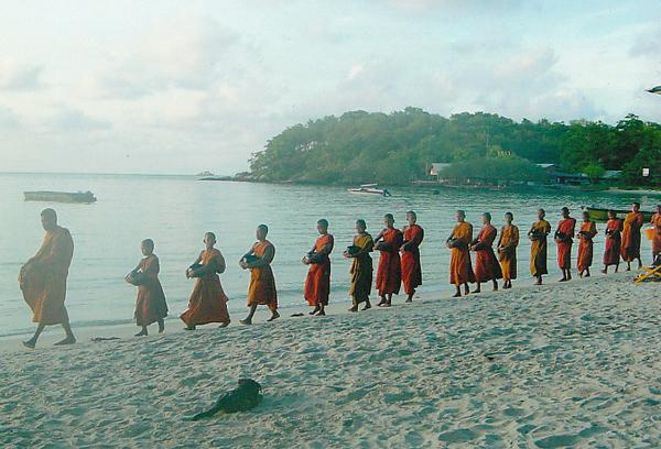 チャーン島の朝の托鉢